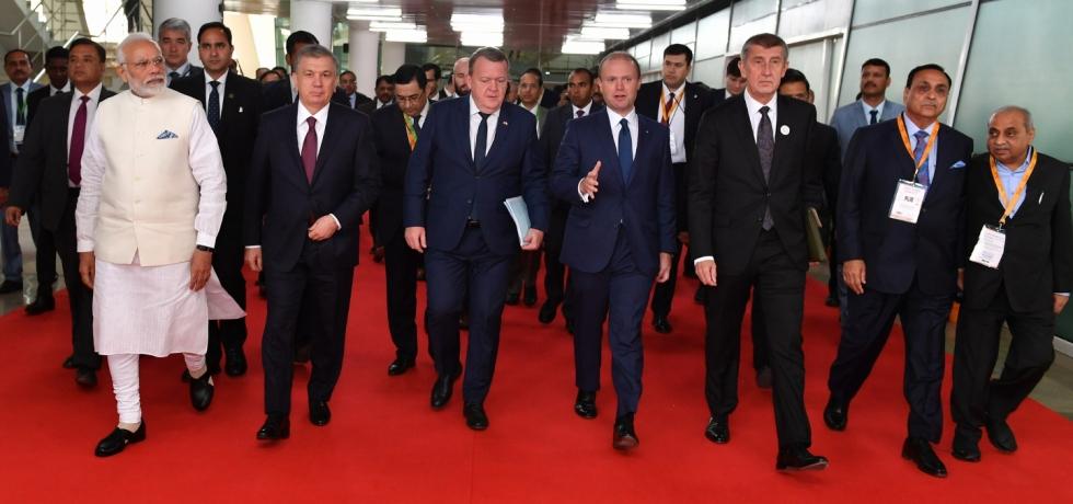 Prime Minister Narendra Modi and HoS/HoGs of Uzbekistan, Denmark, Malta and Czezh Republic attend Inaugural Session of Vibrant Gujarat Summit 2019 in Ahmedabad (January 18, 2019)
